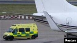 Ambulans yang membawa remaja Pakistan, Malala Yousufzai dari pesawat Emirat menuju ke rumah sakit di Birmingham, Inggris (15/10).