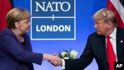 Tư liệu TT Trump bắt tay Thủ tướng Đức Angela Merkel tại Thượng đỉnh NATOở The Grove, ngày 4/12/2019, ở Watford, Anh quốc.. (AP Photo/ Evan Vucci)