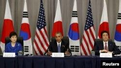 美国总统奥巴马(中)在华盛顿的核安全峰会上与韩国总统朴槿惠(左)和日本首相安倍晋三(右)举行三边会谈(2016年3月31日)