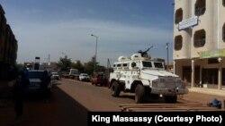 Un véhicule blindé de la Mission Onusienne déployée près de l'hôtel Radisson, à Bamako, Mali, 20 novembre 2015. Crédit King Massassy