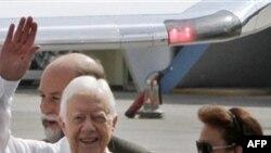 Cựu Tổng thống Hoa Kỳ Jimmy Carter, trái, tại sân bay Jose Marti ở Havana, Cuba, Thứ Hai 28/3/2011