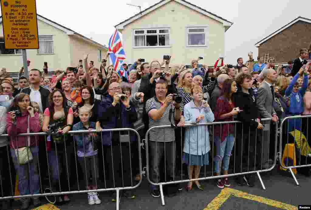 A crowd waits outside the Mount Pleasant Primary School, where U.S. President Barack Obama and British Prime Minister David Cameron visit with school children. Newport, Wales, Sept. 4, 2014.