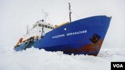 El MV Akademik Shokalskiy atrapado en el hielo.