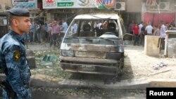 이라크 경찰이 지난달 30일 수도 바그다드에서 발생한 차량 폭탄테러 현장을 조사하고 있다.