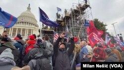 Protest pristalica bivšeg predsednika Trumpa pred zgradom Capitola
