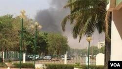 布畿納法索使館冒出濃煙。(2018年3月2日)