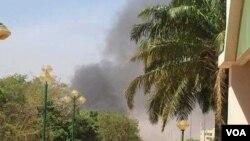 دود و غبار که پس از حملۀ مهاجمان تندرو اسلامگرا بر سفارت فرانسه در اوگوادوگو، پایتخت بورکینافاسو، به هوا بلند شد