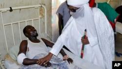 Sarkin Kano Muhammad Sanusi na biyu, ya ziyarci wadanda harin bom ya rutsa dasu. (File Photo)
