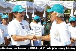Luhut Binsar Panjaitan bersama Direktur Pelaksana IMF Christine Lagarde di sela-sela upaya pemulihan dan penanaman kembali terumbu karang di Nusa Dua Bali, Minggu (7/10). Isu lingkungan hidup akan ikut dibahas dalam pertemuan nanti.