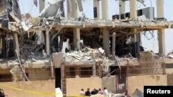 Hiện trường nơi hai quả bom phát nổ ở ngoại ô Cairo, 28/6/2014.