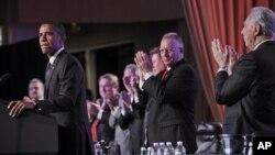 Los líderes sindicales aplauden de pie al presidente Barack quien habló el último día de abril en Washington.