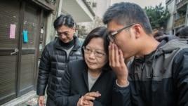 台湾民进党主席蔡英文前往228追思会途中。(美国之音记者方正拍摄)