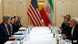 Ngoại trưởng Mỹ John Kerry (trái) trong cuộc họp với người đồng nhiệm Iran ở Vienna, Áo, hôm 16/1.