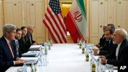 지난 1월 오스트리아 빈에서 회담을 가진 존 케리 미 국무장관(왼쪽)과 자바드 자리프 이란 외무장관. (자료사진)