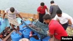 17일 예멘 인근 홍해 항구 도시 알후다이다 지역에서 1소말리아 난민선이 사우디아라비아 주도 연합군의 공습을 받은 후 사망자들의 시신을 수습하고 있다.