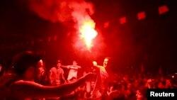 2013年7月28日突尼斯市政大楼外抗议者点亮火炬