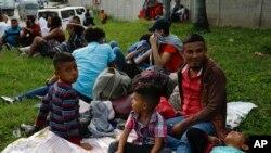 Cientos de hondureños que esperan llegar a EE. UU. comenzaron a reunirse en una estación principal de autobuses en San Pedro Sula el lunes por la noche para unirse a una caravana del martes.