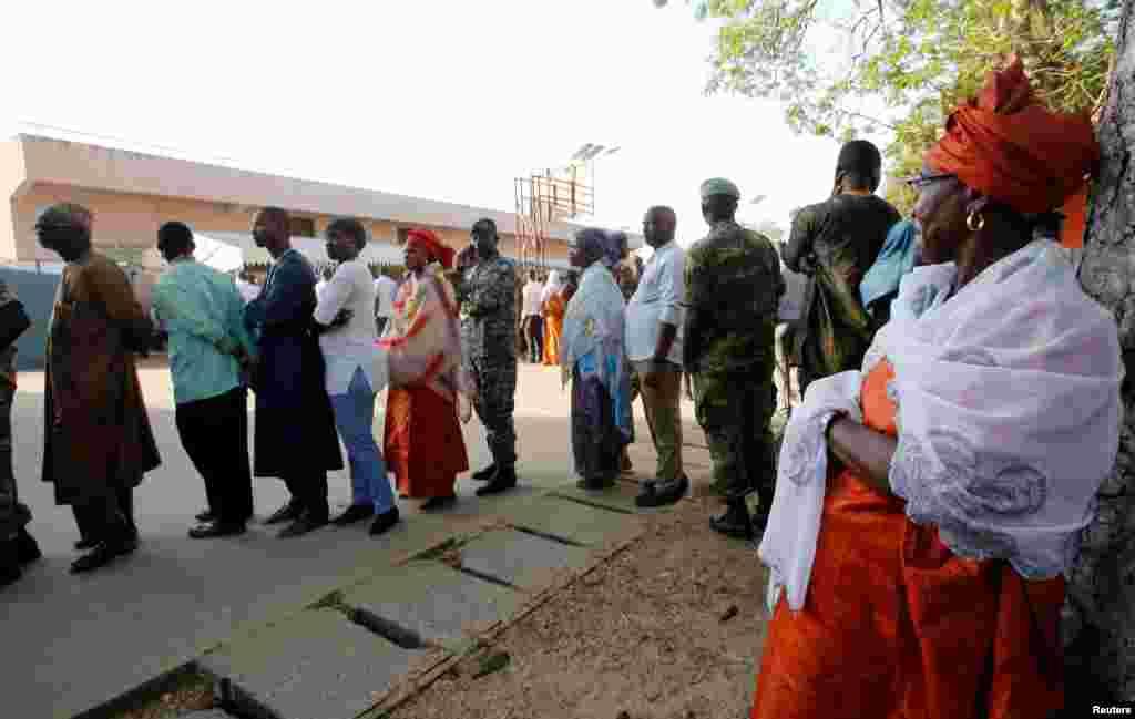 Les Gambiens font la queue pour procéder à leur vote à Banjul, Gambie, le 1er décembre 2016.