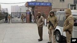 Polisi India melakukan penjagaan ketat di luar gedung pengadilan kasus perkosaan di mana 5 orang didakwa sebagai tersangka di New Delhi (7/1).