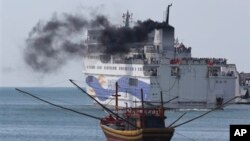 Một chiếc tàu chở công nhân Trung Quốc rời cảng Vũng Áng, tháng Năm 2014.