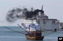 2014年5月越南发生排华骚乱后中国政府撤侨,中国工人乘船离开越南