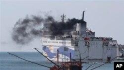 2014年5月越南发生排华骚乱后中国政府撤侨,中国工人乘船离开越南。