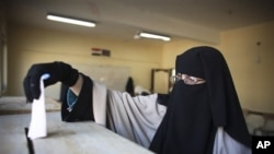 카이로 시에서 투표권을 행사하고 있는 이집트 여성