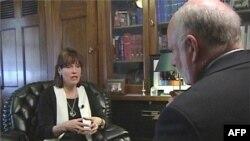 Članica Predstavničkog doma Beti Mekolum u razgovoru sa novinarom Glasa Amerike Džimom Rendlom