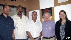 Victor Ashe (segundo à direita) membro do Conselho de Administração do BBG, que supervisiona a VOA, fotografado com Carlos Gonçalves e outros responsáveis da Rádio Comercial de Cabo Verde.