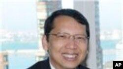 คุณพิริยะ เข็มพล กงศุลใหญ่ ณ นครนิวยอร์คอธิบายถึงความคิดริเริ่ม ในด้านการส่งเสริมผ้าไหมไทย
