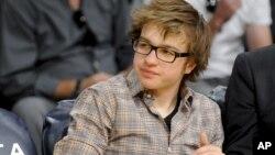Angus T. Jones, que en esta foto aparece durante un juego de la NBA, es un joven actor que gana cerca de $250.000 dólares por cada episodio de la serie 'Two and half man'