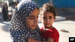 Người dân ở khu Shajaiyeh, thành phố Gaza, bỏ nhà cửa chạy trốn sau khi Israel thả tờ rơi cảnh báo người dân rời khỏi khu vực, 16/7/2014.