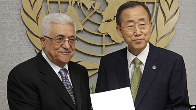 Palestinian President Mahmoud Abbas hands application to U.N. Secretary-General Ban Ki-moon, Sept. 23, 2011.