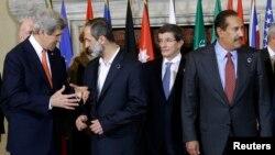 """John Kerry, izquierda, habla con el Presidente de la Coalición Nacional Siria,durante la reunión en Roma con los llamados """"Amigos de Siria""""."""