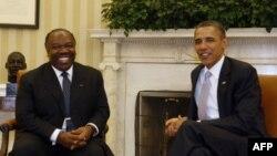 Tổng thống Obama (phải) hội đàm với Tổng thống Gabon, Ali Bongo Ondimada tại Tòa Bạch Ốc