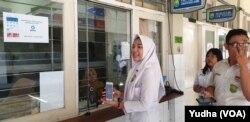 Suasana pembayaran SPP melalui aplikasi GoPay di SMA Batik 1 Solo, Selasa (18/2). (Foto : VOA/ Yudha Satriawan)