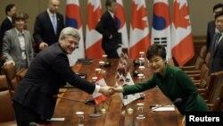 지난 3월 서울 청와대에서 열린 한국-캐나다 정상회담에 앞서 박근혜 한국 대통령(오른쪽)이 스티븐 하퍼 캐나다 총리와 악수하고 있다.