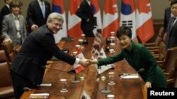 한국을 방문 중인 스티븐 하퍼 캐나다 총리(왼쪽)가 11일 청와대에서 박근혜 한국 대통령과 정상회담을 가졌다.