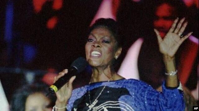 1997년 콘서트에서 노래하는 가수 디온 워윅(Dionne Warwick).