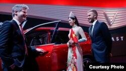 Hoa Hậu Trần Tiểu Vy và cựu danh thủ David Beckham tham dự lễ ra mắt 2 mẫu xe VinFast tại Paris Motor Show.