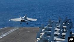 خلیج فارس کی جانب روانہ کیا جانے والا امریکی طیارہ بردار بحری جہاز یو ایس ایس ابراہام سے ایک طیارہ پرواز کر رہا ہے۔ فائل فوٹو۔
