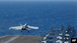 一架F/A-18E超级大黄蜂战机从林肯号航空母舰上起飞。(2019年5月3日)