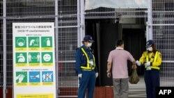 Kiểm tra thẻ và nhiệt độ tại một địa điểm phục vụ cho Olympics ở Tokyo.