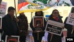 Warga New York asal Tibet melakukan unjuk rasa dan berdoa sebagai bentuk solidaritas terhadap Pema Gyaltsen yang melakukan bakar diri di Nyarong, Tibet