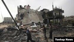 이스라엘의 공습으로 파괴된 주택을 둘러보고 있는 팔레스타인 가자지구 주민들(자료사진)