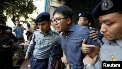 Mwandishi wa habari wa shirika la habari la Reuters Wa Lone akitoka mahakamani akishikiliwa na polisi huko Yangon, Myanmar Aprili 11, 2018.