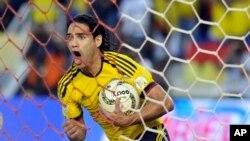 Bancos y agencias de préstamos sobre sueldos están ofreciendo rifas para viajar a Brasil durante el evento deportivo.