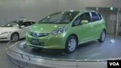 Salah satu jenis kendaraan Honda yang ramah lingkungan, yaitu jenis hibrida Honda Fit.