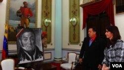 El presidente venezolano Hugo Chávez y su homóloga argentina Cristina Fernández de Kirchner en el Palacio de Miraflores.
