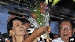 昂山素季获释后微笑着接受人们献上的鲜花